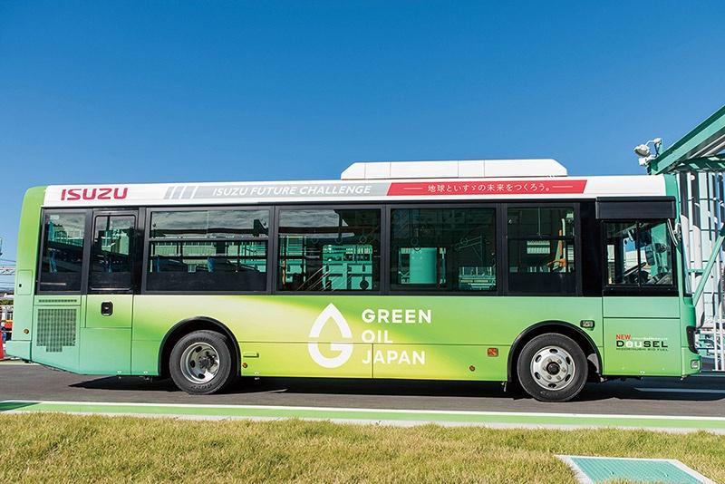 石油由来の軽油を100%代替可能な次世代バイオディーゼル燃料を搭載するいすゞのバス。2020年4月から藤沢工場で、代替燃料を使用したシャトルバスを運行している