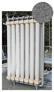 """水処理膜のポアフロンモジュール。ポアフロンは外径2mm程度のチューブ状の膜で、微細な多孔組織を持っている(上は電子顕微鏡写真)<br><span class=""""fontSizeS"""">(写真提供:住友電気工業)</span>"""