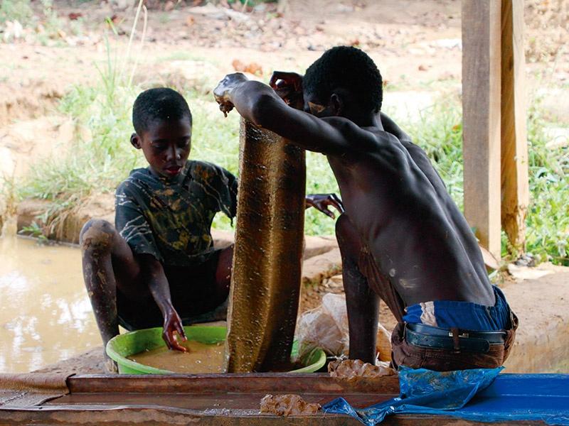 急浮上する経営リスク、児童労働問題