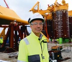 """ノルウェーで開発中のノーザンライツ事業で使われる船舶のイメージ(左の図)と海底設備(右の写真)<br><span class=""""fontSizeS"""">(写真左:ノーザンライツ、写真右:エクイノール)</span>"""