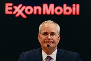 """米エクソンモービルの株主総会で、気候変動対応を促す株主提案が可決。環境派の取締役3人を受け入れた。写真は、ダレン・ウッズCEO<br><span class=""""fontSizeS"""">(写真:ロイター/アフロ)</span>"""