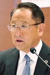 """2020年の株主総会は、新型コロナウイルス感染症の経営への影響について株主質問が集中した。トヨタ自動車の豊田章男社長は6月11日の株主総会で、社会に対する責任を強調した。写真右は、同社が5月12日に開催した決算説明会での豊田章男社長<br><span class=""""fontSizeS"""">(写真:トヨタ自動車)</span>"""