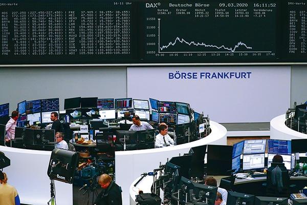 """米インスティテューショナル・シェアホルダー・サービシーズ(ISS)の買収に踏み切ったドイツ取引所が運営するフランクフルト証券取引所<br><span class=""""fontSizeS"""">(写真:Alex Kraus/Bloomberg)</span>"""
