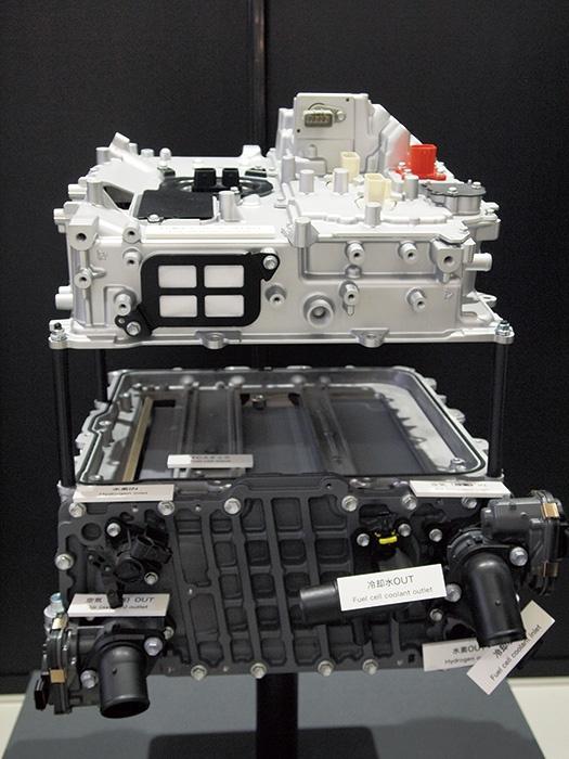 初代に比べ燃料電池スタック(写真下側)の出力密度は1.5倍になった