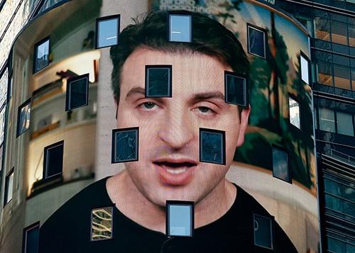 """エアビーアンドビーが株式を公開した2020年12月10日、ブライアン・チェスキーCEOがニューヨークのナスダックの電子画面に表示された<br><span class=""""fontSizeS"""">(写真:AP/アフロ)</span>"""