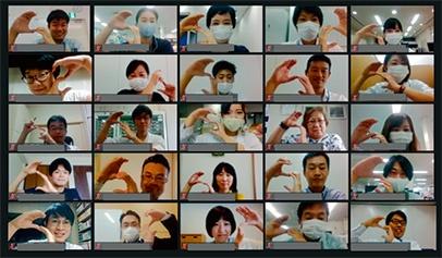 """「サステナビリティMeetUp!」に参加した社員(左)。新型コロナウイルス感染防止のため、オンラインで開催している。参加者に配布しているシート(右)。SDGsの目標について理解できたものにシールを貼っていく<br><span class=""""fontSizeS"""">(写真:小林製薬)</span>"""