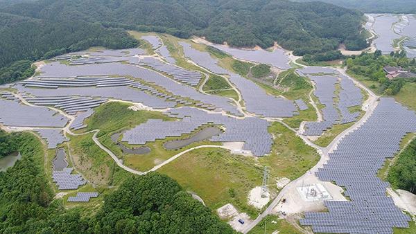 """ETSホールディングスが施工した「SK白河太陽光発電所」(福島県白河市、30MW。既に竣工しており、新サービスの対象ではない)<br><span class=""""fontSizeS"""">(写真:ETSホールディングス)</span>"""