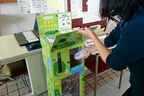 """ユニリーバ・ジャパンと花王は、東京都東大和市内の10カ所に回収ボックスを設置し、使用済みプラスチック容器を集める。回収した容器は、リサイクル事業者のヴェオリア・ジェネッツが分別・洗浄・処理し、リサイクル技術を検証する<br><span class=""""fontSizeS"""">(写真:ユニリーバ・ジャパン、花王)</span>"""
