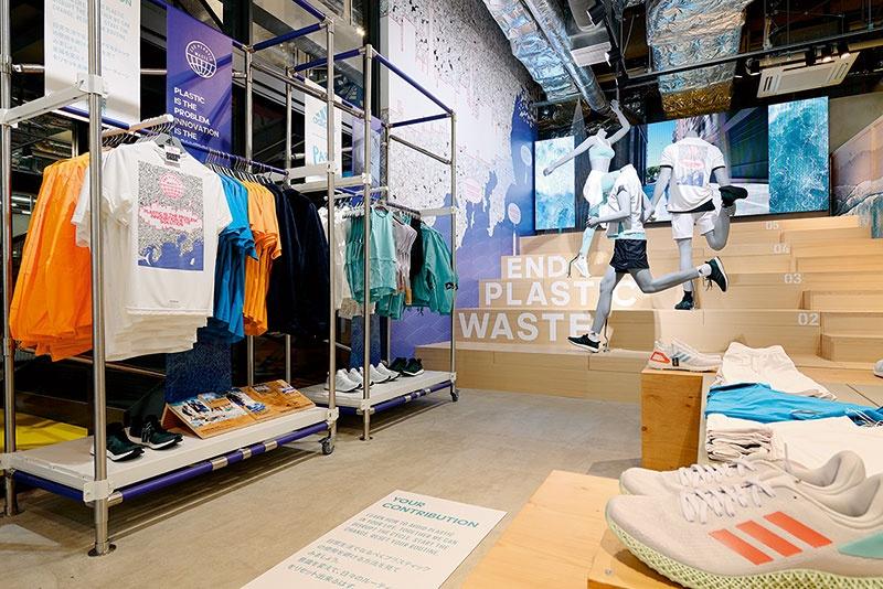 """アディダス ブランドセンターのサステナビリティエリア。プラスチックごみで埋め尽くされた日本を描いた壁面アートなどによって問題意識を喚起している<br><span class=""""fontSizeS"""">(写真:大槻 純一)</span>"""