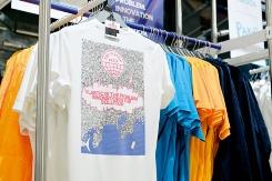 """海洋プラスチックごみを原料に使用したシューズ(左)やTシャツ(右)が販売されている<br><span class=""""fontSizeS"""">(写真:大槻 純一)</span>"""