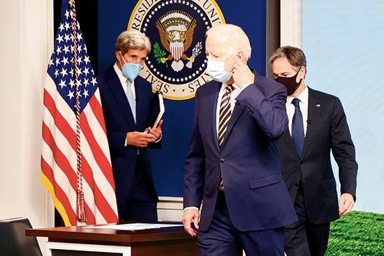 """2021年9月17日に開催した気候変動を巡る主要国オンライン会議に参加した、ジョー・バイデン大統領(中央)とジョン・ケリー気候問題担当大統領特使(左)<br><span class=""""fontSizeS"""">(写真:ロイター/ アフロ)</span>"""