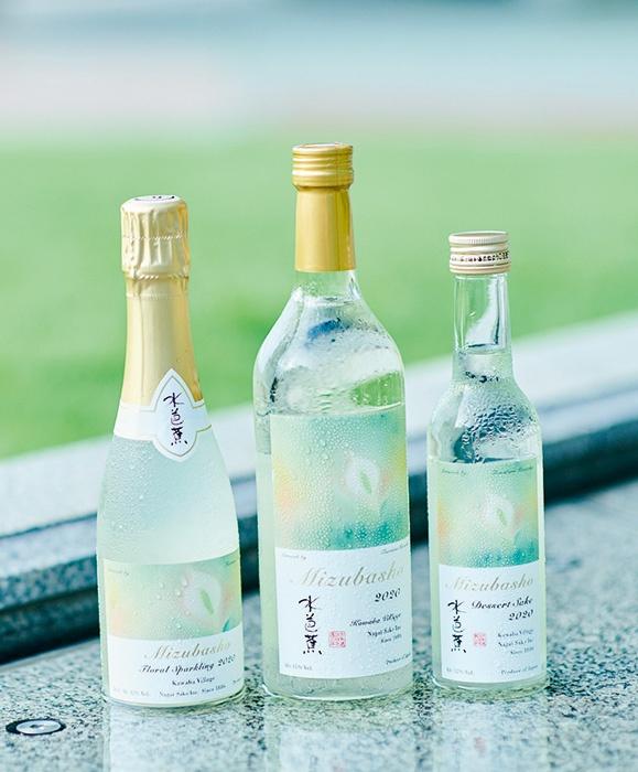 """発売された酒「MIZUBASHO Artist Series」は左からスパークリング酒、普通酒、デザート酒<span class=""""fontSizeS"""">(写真:永井酒造)</span>"""