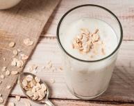 日本でも人気が高まっているオーツミルクなどの植物性の乳代替飲料。IFFの食品素材は、品質を保ち、たんぱく質や食物繊維の強化に寄与する
