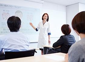 """次世代ヘルスケア事業として展開する健康セミナーは、森永乳業研究所が科学的データをもとに構成・監修。特別な訓練を受けた健幸サポート栄養士が講師を務める<br><span class=""""fontSizeS"""">(写真提供:森永乳業)</span>"""