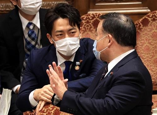 梶山弘志経済産業大臣(右)と小泉進次郎環境大臣はそれぞれの省内で検討を開始した(写真:つのだよしお / アフロ)