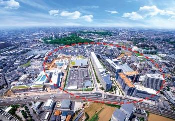 """大和ハウス工業は、再エネ100%の街「船橋グランオアシス」(上の空撮写真の破線で囲んだエリア)の建設を進めている。右は竣工した分譲マンション<br><span class=""""fontSizeS"""">(写真提供:大和ハウス工業)</span>"""