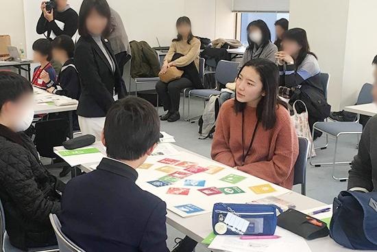 """SDGsのワークショップに参加した中高生と話す小澤さん<br><span class=""""fontSizeS"""">(写真:ユーグレナ)</span>"""