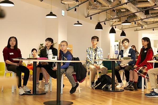 """ユーグレナの初代CFOに就任した小澤さん(一番左)とFutureサミットメンバーが初めて顔を合わせた2019年10月のキックオフミーティング<br><span class=""""fontSizeS"""">(写真:ユーグレナ)</span>"""