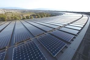 """2017年に移転した新本社「アップル・パーク」は屋上の太陽光発電パネルなどで100%再エネ化を達成している<br><span class=""""fontSizeS"""">(写真:アップル)</span>"""