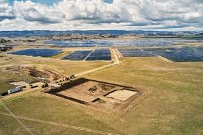 カリフォルニアで建造中の「California Flats」は、太陽光発電した電力を蓄電し、発電できない時間帯などの電力をまかなう