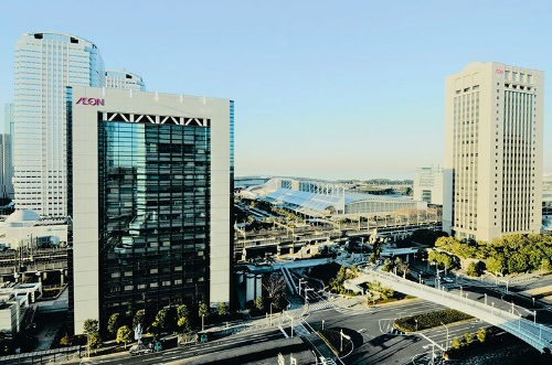 At Aeon's head office building in Chiba City Chiba prefecture, the entire amount of electricity consumed is derived from hydroelectric power.