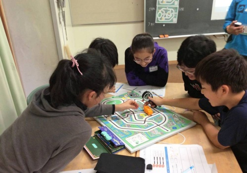 On-site lessons for elementary school students to experience IT engineer work creating a local area delivery system.