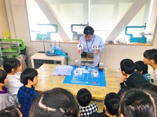 "The ""Mizuiku"" outreach program offered by Suntory Holdings to teach elementary school students the importance of water (Kikuna Elementary School in Yokohama)"