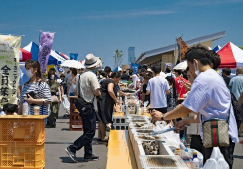 A popular fresh seafood market held by the local fishing cooperative every weekend at Sennan Long Park