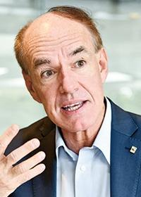 """<b>マルコ・ランベルティーニ</b><br>WWF(世界自然保護基金)インターナショナル 事務局長<br>スイスに本拠を置くWWFインターナショナルの事務局長。イタリア出身。ピサ大学で製薬化学を専攻。25年以上にわたり自然保護分野に従事する。環境NGOバードライフ・インターナショナルのCEOを務めた後、2014年から現職。2019年のダボス会議で、経済界のリーダーに2020年に向けたメッセージを発信した<span class=""""fontSizeS"""">(写真:中島 正之)</span>"""