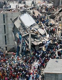 バングラデシュの首都ダッカ近郊で崩落事故を起こした商業ビル「ラナ・プラザ」。1000人を超える犠牲者を出し、サプライチェーンの問題を企業に突き付けた<br>写真:ロイター/アフロ