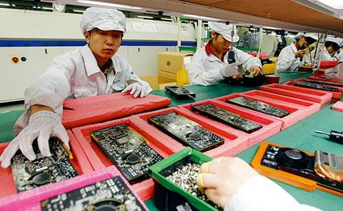 米アップルの「iPhone」などを受託生産する大手EMSフォックスコンの中国の工場。労働者が次々と自殺し、世間を騒がせた<br>写真:AP/アフロ