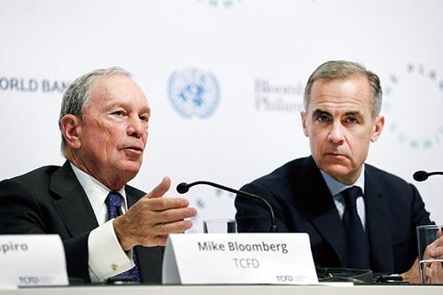 TCFD議長を務めるマイケル・ブルームバーグ氏(左)と金融安定理事会(FSB)議長で英イングランド銀行総裁を務めるマーク・カーニー氏<br>写真:Getty Images/Chesnot