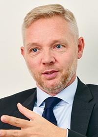 <b>マーティン・スキャンケ</b><br>2014年4月からPRI議長を務める。気候関連財務情報開示タスクフォース(TCFD)には金融業界代表の1人として参加した。ノルウェー経済の気候関連リスクを特定する政府委員会議長などを歴任。かつてはノルウェー財務省の副局長などマクロ経済政策に10年以上携わった。同国首相の経済政策問題担当チーフアドバイザーを務めたほか、財務省の資産運用部門を立ち上げ、約1兆ドルの資産を保有するノルウェー政府年金基金の管理を担当した。2010~11年には世界経済フォーラムにおいて、「公共・機関投資家向け産業アジェンダ委員会」の議長を務めた(写真:中島正之)