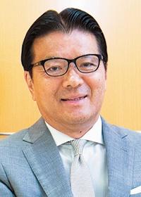 "<b>貝沼 由久(かいぬま・よしひさ)</b><br>ミネベアミツミ 代表取締役会長兼社長執行役員(CEO & COO)<br>1956年生まれ。1978年慶応義塾大学法学部卒。1987年米ハーバード大学ロースクール法学修士課程修了。日本とニューヨークで弁護士として活動した後、1988年ミネベア(現ミネベアミツミ)に取締役法務担当として入社。2009年からミネベア代表取締役社長を務める。ミツミ電機との経営統合により、2017年から現職<span class=""fontSizeS"">(写真:木村 輝)</span>"