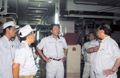 貝沼社長ほかによるナワナコン工場内部の状況確認