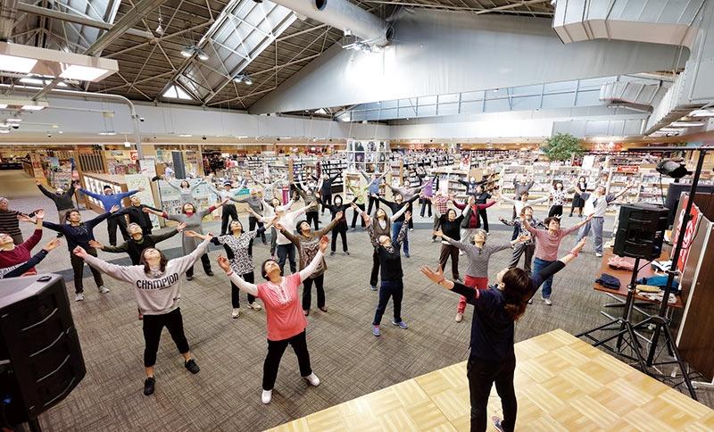 """イオン葛西店内では毎朝、ラジオ体操が行われ、地域のコミュニティづくりに貢献している<br><span class=""""fontSizeS"""">(写真提供:イオン)</span>"""