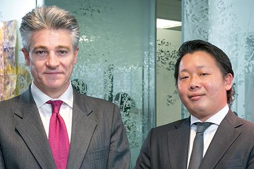 左:<b>イグナシオ・J・ブランコ・クエスタ</b><br>ユニバージー 代表取締役 兼 最高経営責任者<br>1971年、スペイン・パレンシア市生まれ。弁護士。再生エネルギー関連事業での企業家として20年の経験を持つ<br>右:<b>鍵川健太(かぎかわ・けんた)</b><br>ユニバージー 代表取締役<br>1983年広島生まれ。2002年より太陽光発電事業を開始し全国で展開。2012年よりブランコ氏とユニバージーを設立<br>写真/木村 輝