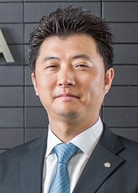 <b>齊藤康祐(さいとう・やすひろ)</b><br>タカヤマ 専務取締役<br>2002年3月亜細亜大学卒業。同年4月都内大手ビルメンテンス会社で経営を学び、2006年4月タカヤマに入社。同年10月にはエコジョイン富岡工場の開設と運営を統括。2008年取締役就任、2009年専務取締役就任