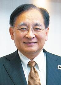 <b>鈴木 純(すずき・じゅん)</b><br>帝人 代表取締役社長執行役員<br>CEO<br>1958年東京都生まれ。83年東京大学大学院修了後、帝人入社、医薬品開発に携わる。2011年帝人グループ駐欧州代表を経て、12年帝人グループ執行役員(マーケティング最高責任者)、13年取締役常務執行役員(高機能繊維・複合材料事業グループ長)。14年4月から代表取締役社長執行役員CEOを務める