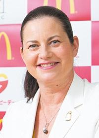 <b>サラ L. カサノバ (Sarah L. Casanova)</b><br>日本マクドナルド 代表取締役社長兼CEO<br>カナダ生まれ。カナダ・マックマスター大学大学院で経営学を学んだ後、1991年マクドナルド・カナダ入社。マクドナルド・ロシアなどを経て、2004年日本マクドナルド・マーケティング本部長に就任。マクドナルド・マレーシアなどを経て、13年日本マクドナルド代表取締役社長兼CEO、14年日本マクドナルドホールディングス代表取締役社長兼CEOに就任