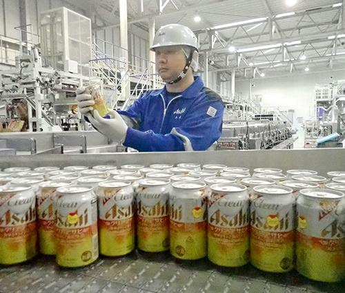 """アサヒビールはビール類向けのアルミ缶(350ml)を7%軽量化した。これにより製造時のCO<sub class=""""fontSizeS"""">2</sub>排出量を年間1万1000t削減できる見込みだ"""