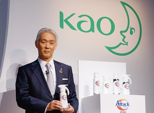 衣料用洗剤の新商品「アタック ZERO(ゼロ)」を披露する花王の澤田道隆社長。「ゼロ洗浄」と「サステナブル」の2つが特徴という