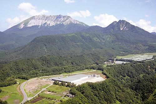 """「サントリー天然水 奥大山ブナの森工場」(鳥取県江府町)は、日本の工場としていち早くAWS認証を取得した。工場周辺で流入・流出する水の量を把握し、節水や水源となる森林の保全活動を続けている<br><span class=""""fontSizeS"""">(写真:サントリーホールディングス)</span>"""