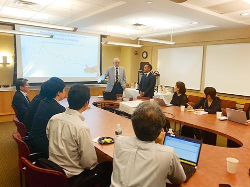 NY大学のレブ教授=写真中央は企業価値を測る新しいデータの必要性を訴えていた