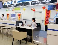 """空港のチェックインカウンター(上)や搭乗ゲートなどでユニバーサル対応を進める<br><span class=""""fontSizeS"""">(写真提供:ANAホールディングス)</span>"""