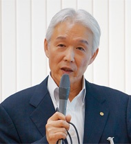 「アライアンス・トゥー・エンド・プラスチック・ウェイスト(AEPW)」は2019年7月、東京都内で会見を開き、活動について説明した(左)。「クリーン・オーシャン・マテリアル・アライアンス(CLOMA)」の会長を務める花王の澤田道隆社長(右)