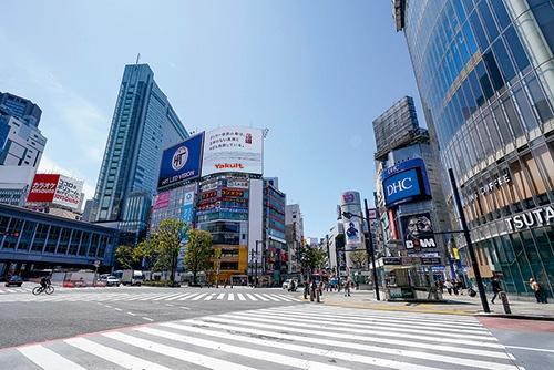"""東京・渋谷駅前にある「スクランブル交差点」。政府の緊急事態宣言を受けて多くの人が外出を自粛したため、いつもは人であふれる名所も人影がほとんど見られない<br><span class=""""fontSizeS"""">(写真:アフロ)</span>"""