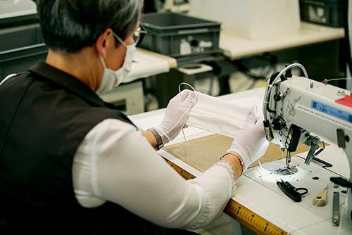 """ラインを変更してマスクを製造する仏LVMHモエヘネシー・ルイヴィトンの工場<br><span class=""""fontSizeS"""">(写真/提供:David Gallard/Louis Vuitton/Abaca/アフロ)</span>"""
