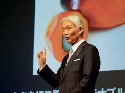 """花王が米国で発売した新ブランド「MyKirei by KAO」の商品(左)。プラスチック使用量を半減した新型容器「Air in Film Bottle」を初採用した。澤田道隆社長(上)<br><span class=""""fontSizeS"""">(写真:花王)</span>"""
