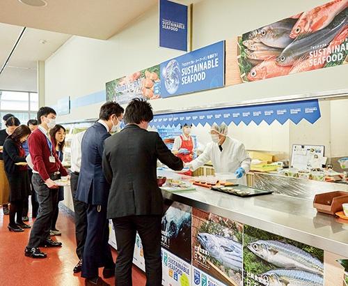 パナソニックは3月から社員食堂にMSC認証やASC認証の魚を導入した。